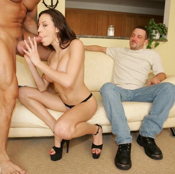 Layla első szexpartijára vár otthon