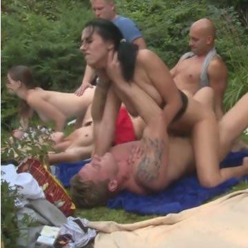 Gruppenszex barátokkal a kertben