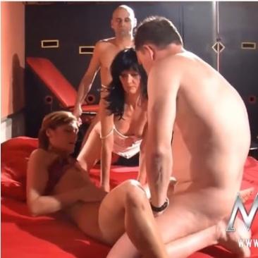 Német párok kefélnek egy swingerklubban