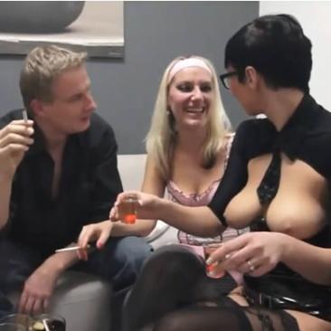 Szexi hostess fűti az amatőr swingerbulit