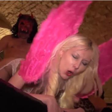 Halloween napi szexbuli a kínzókamrában